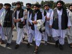 juru-bicara-taliban-zabihullah-mujahid-tengah-memegang-selendang.jpg