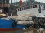 kapal-bermuatan-triplek-dan-sembako-bocor-dan-kandas-di-pelabuhan_20170810_174320.jpg