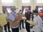 kasus_covid-19_melonjak_di_kecamatan_bungaraya_bupati_siak_turun_tangan_bagikan_masker.jpg