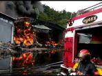 kebakaran-gudang-cangkang-sawit-milik-pt-incasi-raya-dan-gudang-karet_20180423_140617.jpg