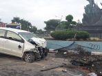 kecelakaan_tunggal_jalan_sudirman_mobil_tabrak_lampu_jalan_20180424_154328.jpg