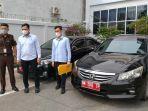 kejari_pekanbaru_amankan_2_unit_mobil_dinas_yang_masih_dikuasai_mantan_pejabat_pemko.jpg