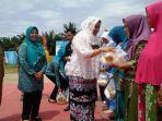 ketua-iwara-azrina-rudi-fajar-memberikan-secara-simbolis-bantuan-sembako-kepada-warga-desa-segati_20171010_153433.jpg