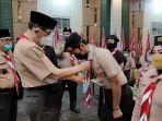 ketua-kwarda-riau-hmazaly-djohan-memasang-tanda-peserta-perwakilan-peserta-pelatihan-kehumasan.jpg
