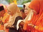ketua-tp-pkk-inhu-rezita-meylani-yopi-berdoa-bersama.jpg