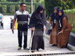 kisah-pelamar-cpns-2019-pemko-pekanbaru-terpaksa-pakai-tongkat-mengikuti-skd-cpns-2019-ini-sebabnya.jpg
