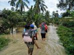 korban-banjir-di-kecamatan-rao-selatan-mengungsi-ke-tempat-yang-lebih-tinggi_20181011_220152.jpg