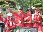 leani_ratri_oktila_syuci_indriani_orangtua_ratri_diarak_di_bangkinang_kota_kampar.jpg
