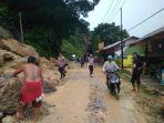 longsor-jalan-sumbar-riau-desa-merangin-kecamatan-kuok_20181023_132316.jpg