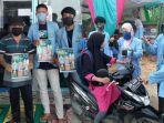 mahasiswa-kukerta-relawan-covid-19-unri-bagikan-masker-hand-sanitizer-dan-brosur-protokol-kesehatan.jpg