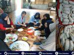 mahasiswa-kukerta-universitas-riau-membuat-mpek-mpek-dari-ikan-bilis-bersama-ibu-ibu-pkk-desa-muntai.jpg
