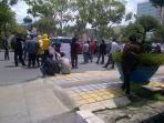 mahasiswa-lira-mahali-menggelar-aksi-unjuk-rasa-di-depan-kantor-walikota-pekanbaru_20161025_141938.jpg