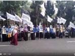 mahasiswa-muslimah-hti-melakukan-aksi-simpati_20161028_131413.jpg