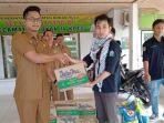 mahasiswa-salurkan-bantuan-untuk-korban-banjir-rohul_20181106_124304.jpg