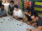 mahasiswa-wharton-school-dan-smu-singapura-belajar-membantik-di-rumah-batik-andalan_20180521_085048.jpg