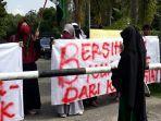 mahasiswa_demonstrasi_di_kantor_bupati_kuansing.jpg