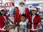 mal-pekanbaru-bagi-bagi-bingkisan-natal-kepada-pengunjung-anak-anak_20171225_152825.jpg