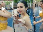 maria-vania-pakai-bikini-mandi-di-kolam-renang-netizen-pemandangan-indah-pelampungnya-warna-apa.jpg