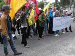 massa-aksi-gmni-dan-pmii-berunjukrasa-ke-pengadilan-negeri-pekanbaru-rabu-312018_20180103_152815.jpg