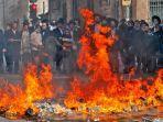 massa-dari-yahudi-ultra-ortodok-membakar-jalan-dalam-aksi-protes.jpg