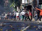 massa-melempar-ke-arahan-polisi-di-jalan-brigjen-kerusuhan-aksi-22-mei.jpg