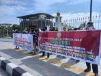 massa_fipr_demo_di_tugu_zapin_pekanbaru_minta_kasus_penggelapan_dana_kampus_di_rohul_diusut.jpg
