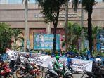massa_pendukung_ahy_bawa_spanduk_selamatkan_demokrat_selamatkan_demokrasi.jpg
