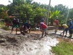 masyarakat-dusun-jati-mulya-kampung-jati-baru-kecamatan-bungaraya-tampak-bergotong-royong_20180103_212054.jpg
