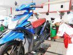 mekanik-pt-capella-dinamik-nusantara-cdn-sedang-melakukan-service-sepeda-motor.jpg
