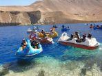 milisi-taliban-main-perahu-bebek-di-danau.jpg