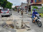 mobil-melintasi-jalan-melur-rusak.jpg<pf>jalan-melur-pekanbaru-rusak.jpg<pf>lewat-jalan-rusak-melur.jpg