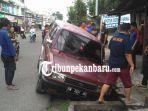 mobil-tererosok-ke-parit-di-jalan-cempaka-pekanbaru-saat-pengemudi-mau-sholat-hari-raya-idul-fitri.jpg