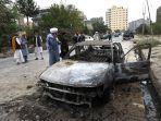 mobil-yang-rusak-setelah-beberapa-roket-ditembakkan-di-kabul.jpg
