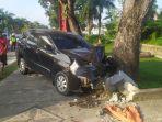 mobil_panjat_trotoar_di_pekanbaru_tabrak_2_motor_1_petugas_kebersihan_ini_penyebab_kecelakaan_1.jpg