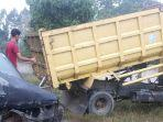 mobil_rongsokan_terlepas_saat_diderek_tabrak_dump_truck_sampai_rusak_di_tambang_riau.jpg