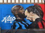 mural-seni-jalanan-zlatan-ibrahimovic-menanduk-romelu-lukaku.jpg