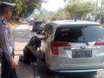 nekat_parkir_di_jalur_sepeda_ban_mobil_di_jalan_diponegoro_pekanbaru_digembosi.jpg
