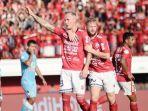 nick-van-der-velden-angkat-tangan-merayakan-gol-kedua-bali-united_20180911_175111.jpg