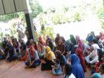 orang-tua-siswa-berkumpul-di-halaman-smp-negeri-12-pekanbaru_20181022_132650.jpg
