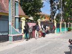 orangtua-dan-calon-peserta-didik-bergerombol-di-pagar-smkn-4-pekanbaru.jpg