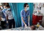 paramedis-menyelamatkan-anak-palestina-korban-bom-israel.jpg