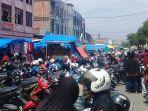 parkir-di-jalan-umum-pasar-senggol-dumai_20180917_221844.jpg