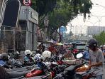 parkir_liar_dekat_halte_bus_tmp_tampak_di_beberapa_lokasi_ini_di_pekanbaru.jpg