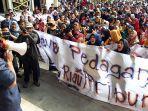 pasca_penertiban_tps_sekitar_stc_ratusan_pedagang_datangi_kantor_dprd_kota_pekanbaru.jpg