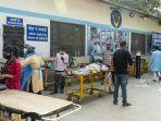 pasien-covid-19-yang-terbaring-di-atas-tandu-di-kompleks-rumah-sakit-di-india.jpg