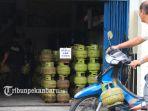 pasokan-gas-3-kg-kosong-di-pangkalan-elpiji-jalan-kutilang-pekanbaru-2_20170905_161227.jpg