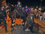 pasukan-keamanan-israel-menangkap-seorang-pengunjuk-rasa.jpg
