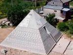 pasutri-di-rusia-ini-bangun-piramida-setinggi-9-meter-di-belakang-rumah-klaim-bisa-jauhkan-corona.jpg