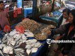 pedagang-ikan-segar-di-pasar-pagi-arengka_20180713_150917.jpg