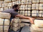 pedagang-merapikan-besek-bambu-di-tempat-penjualan-kerajinan-bambu.jpg